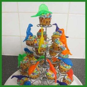 Muffins in een molen met gekleurde kleine dinosaurussen.
