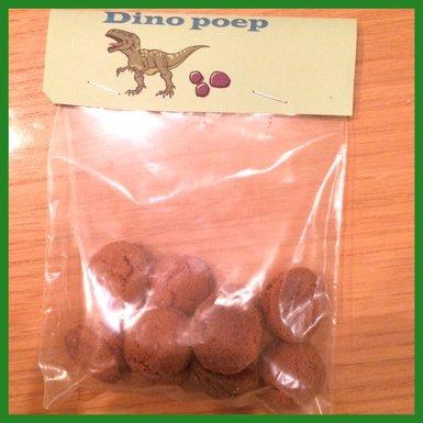 Mijn zoon werd 5 en trakteerde op Dinopoep. Bij de bso hadden we er pepernoten in gestopt, voor school chocoladerozijntjes en Maltezers. Wil je t gezonder, dan stop je er druiven in als dino-eieren.