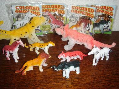 Groeiende safari dieren in een zakje