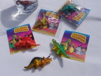 Groeiende dinosaurussen in een zakje
